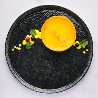 Вид сверху лимонный пирог на тарелке