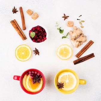 Вид сверху лимонный чай и фрукты со вкусом