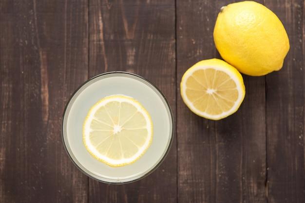 Вид сверху лимонад со свежим лимоном на дереве