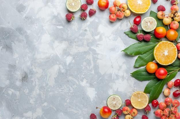상위 뷰 레몬과 체리 빛 책상에 신선한 과일 과일 신선한 부드러운 익은