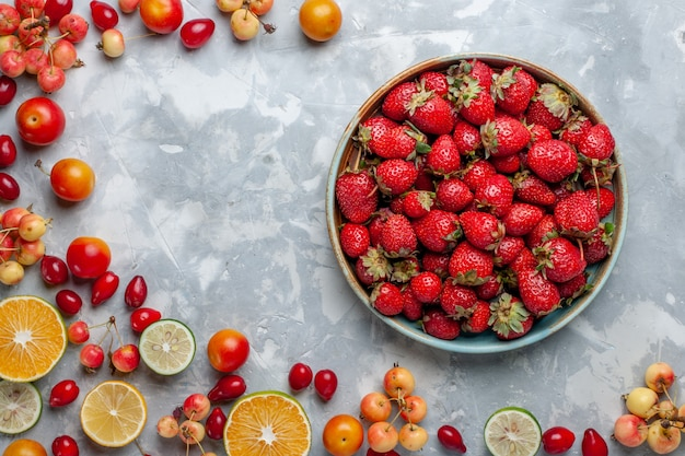 トップビューレモンとチェリーの新鮮な果物と赤いイチゴのライトデスクフルーツ新鮮なまろやかな熟した