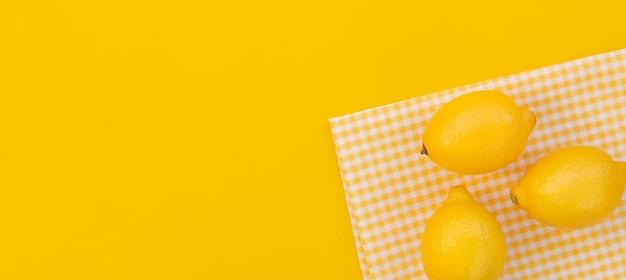 Cornice di limoni vista dall'alto con copia-spazio