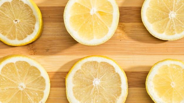 Вид сверху лимоны на деревянной доске