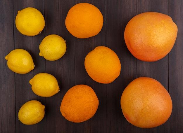 Limoni vista dall'alto con arance su fondo in legno
