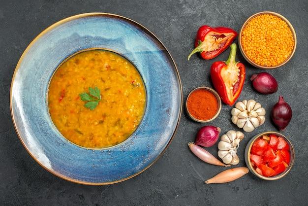 상위 뷰 렌즈 콩 수프 식욕을 돋우는 렌즈 콩 수프 토마토 향신료 피망 마늘 양파