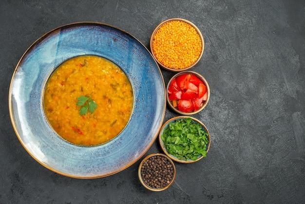 Vista dall'alto zuppa di lenticchie l'appetitosa zuppa di lenticchie ciotole di pomodori spezie lenticchie