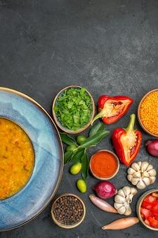 Vista dall'alto della zuppa di lenticchie erbe aromatiche spezie verdure pomodori ciotola di zuppa di lenticchie