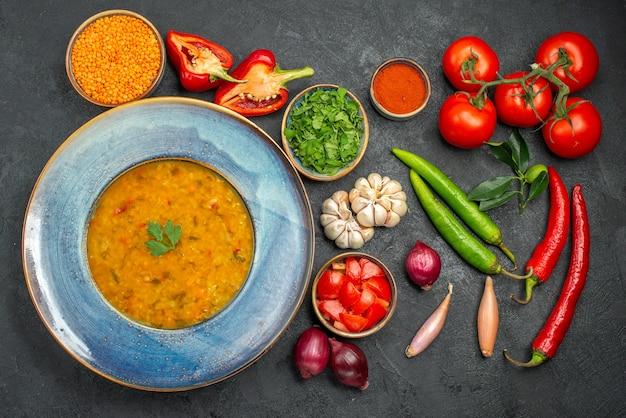 Vista dall'alto della zuppa di lenticchie zuppa di lenticchie accanto alle verdure colorate