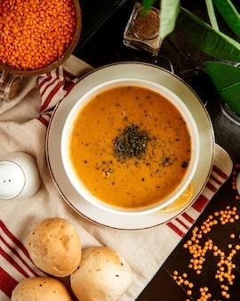 Вид сверху суп из чечевицы традиционный азербайджанский суп с лимоном и сухой мятой