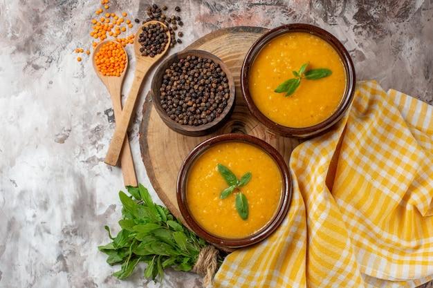 Zuppa di lenticchie vista dall'alto all'interno di piatti su un piatto di cibo per zuppa di piante di semi di colore chiaro di superficie