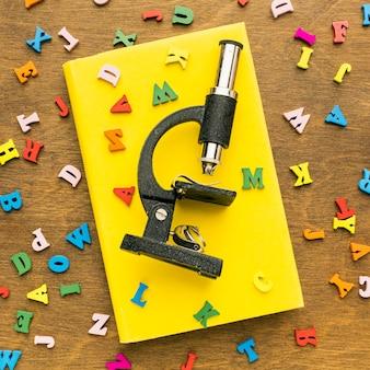 Vista dall'alto di lettere con microscopio