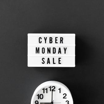 Vista dall'alto della scatola luminosa per cyber lunedì con orologio