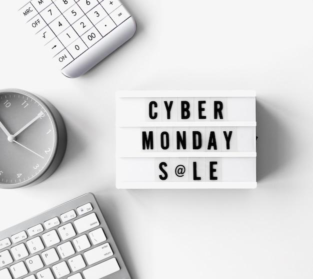 Vista dall'alto della scatola luminosa con calcolatrice e orologio per cyber lunedì