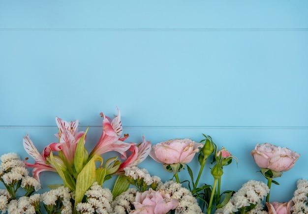 Vista dall'alto di fiori rosa chiaro su una superficie azzurra