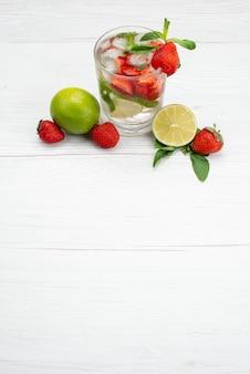 トップビューライムとイチゴの新鮮でまろやかな白、フルーツベリー飲み物柑橘類の上に水のガラス