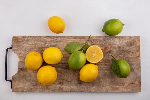 白い背景の上の黒板にレモンとトップビューライム