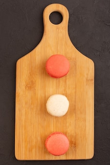 A top view lined french macarons on the wooden board