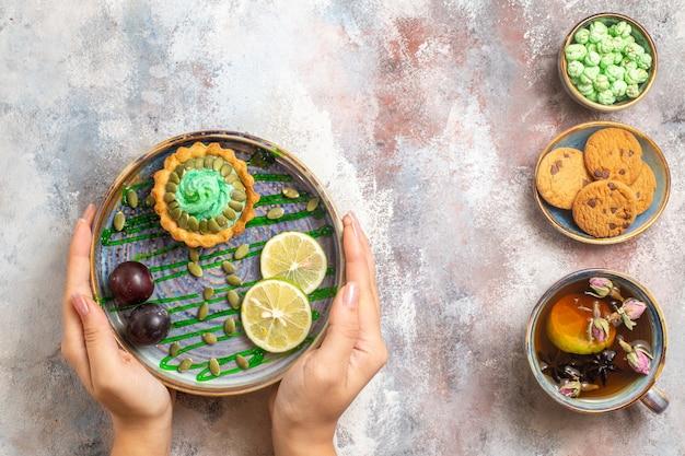 果物とお茶とトップビューの小さなケーキ