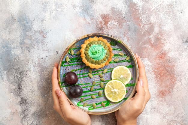 과일과 함께 상위 뷰 작은 케이크