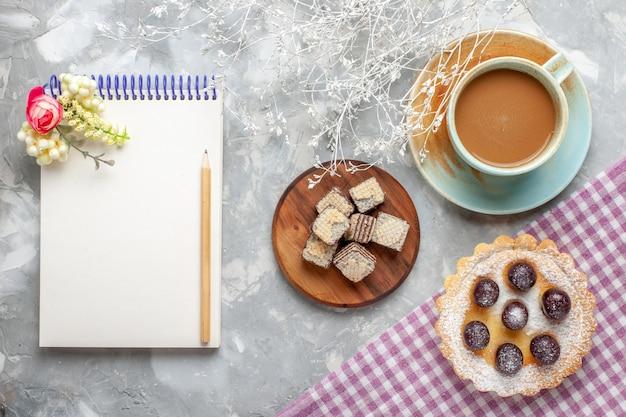 Vista dall'alto della piccola torta con cialde latte caffè su luce, torta cialda frutta zucchero dolce