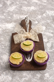 トップビュー明るい背景のライムスライスと小さなチョコレートブラウニーケーキビスケット砂糖甘い焼き生地
