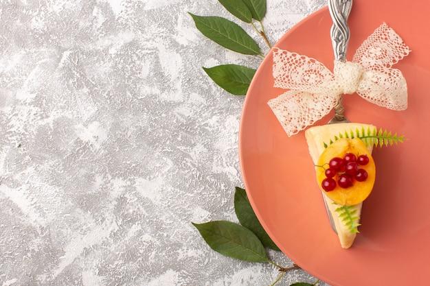 トップビューホワイトバックグラウンドケーキビスケットシュガー甘い生地にアプリコットスライスと小さなチョコレートケーキ
