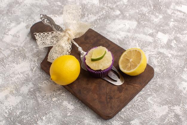 トップビューホワイトバックグラウンドレモンスライスと小さなチョコレートケーキケーキビスケット砂糖甘い生地を焼く