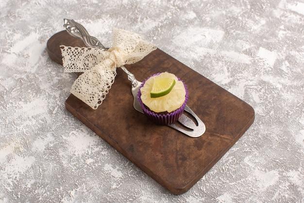 Vista dall'alto piccola torta al cioccolato con fetta di limone sullo sfondo bianco torta biscotto zucchero dolce