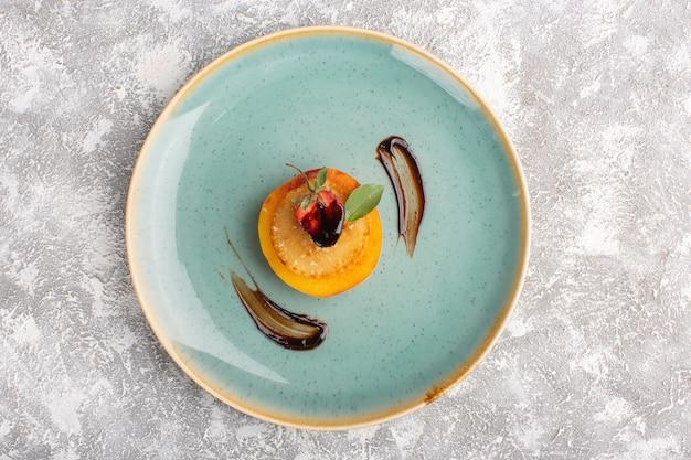 Вид сверху маленькие печенья внутри тарелки на светлом столе, выпечка из сладкого печенья