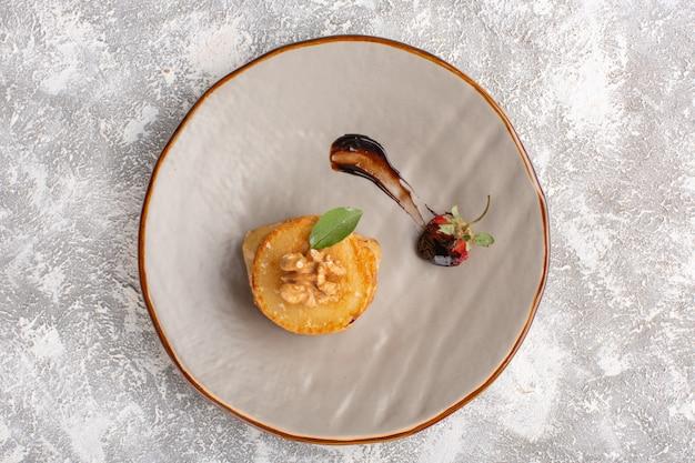 Вид сверху маленькие печенья внутри тарелки на столе, выпечка из сладкого печенья с сахаром
