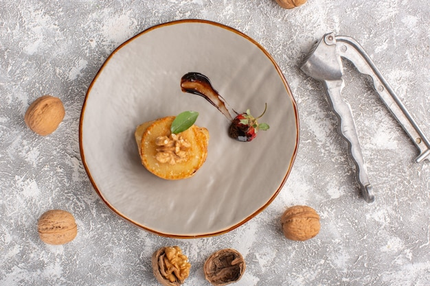 Вид сверху маленькое печенье с грецкими орехами на столе, печенье, сахар, сладкое тесто, выпечка