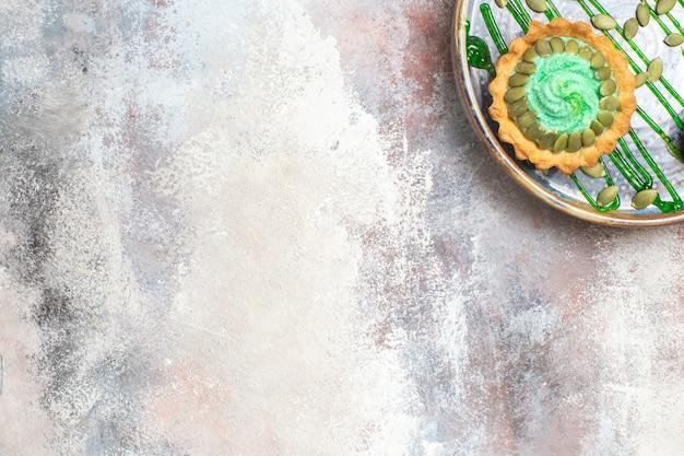 트레이 안에 과일과 함께 상위 뷰 작은 크림 케이크