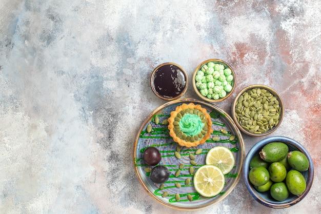 果物と小さなクリーミーなケーキの上面図