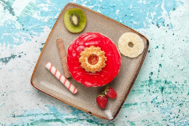 上面図水色の表面に赤いクリームが入った少しおいしいケーキビスケットスイートシュガーパイティー
