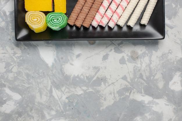 흰색 책상 쿠키 비스킷 설탕 달콤한 케이크 파이에 마멀레이드와 상위 뷰 작은 파이프 쿠키