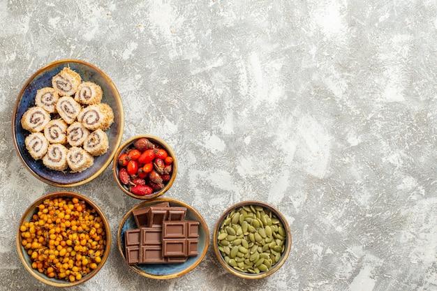 Vista dall'alto piccolo rotolo di caramelle al cioccolato su sfondo bianco
