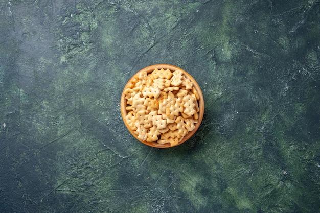Vista dall'alto di piccoli cracker salati in una ciotola