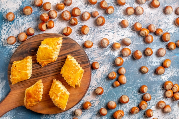 Vista dall'alto di pasticcini dolci con nocciole sulla superficie blu