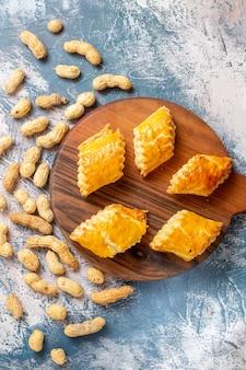 Vista dall'alto di pasticcini dolci con arachidi sulla superficie blu