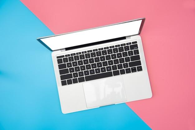 色の背景の上面図loptop