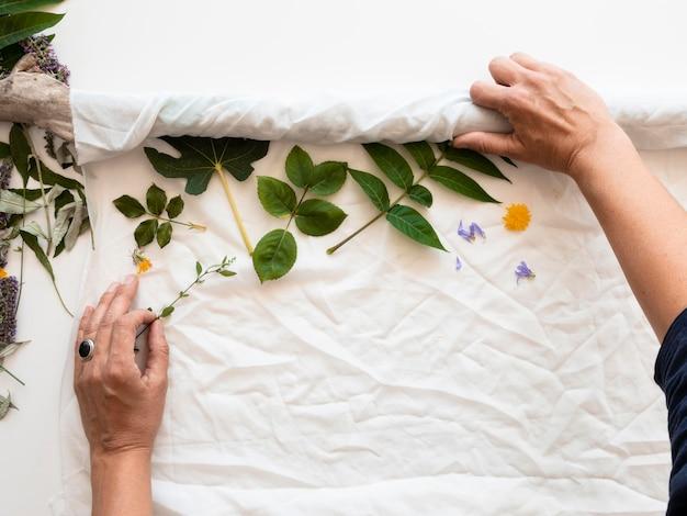 自然な色の構成で着色された布の上面図の作成