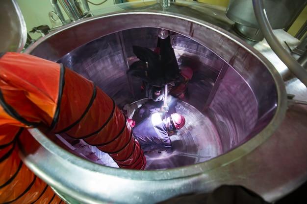 タンクのステンレス化学エリアに閉じ込められたスペースの安全ブロワーの新鮮な空気への上面図の男性