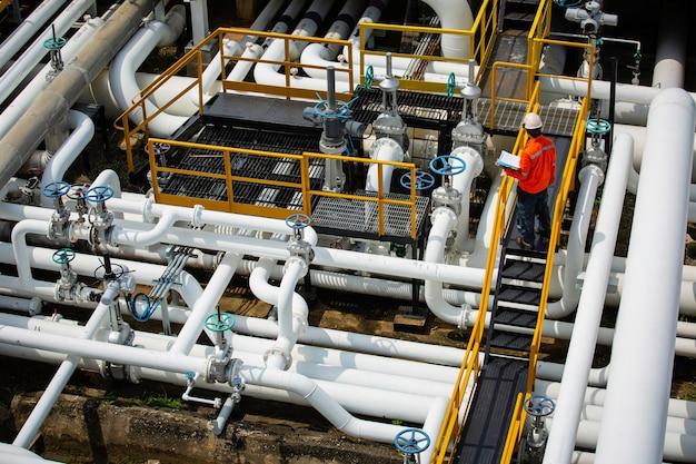 육안 검사 기록 파이프라인 석유 및 가스 산업의 밸브에서 상위 뷰 남성 작업자 검사 프리미엄 사진
