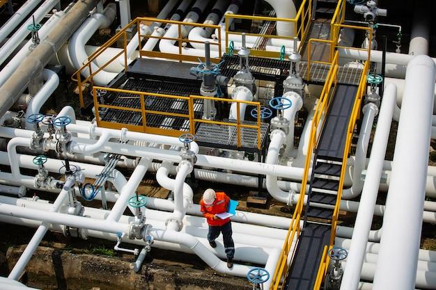 육안 검사 기록 파이프라인 석유 및 가스 산업의 밸브에서 상위 뷰 남성 작업자 검사