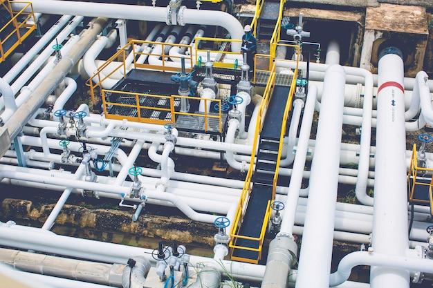 Осмотр рабочего мужчины на клапане трубопровода визуальной проверки, вид сверху, нефтегазовая промышленность