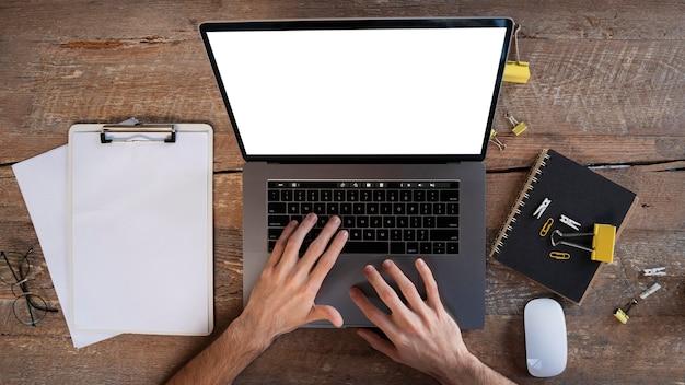 Вид сверху человек, работающий на своем ноутбуке дома