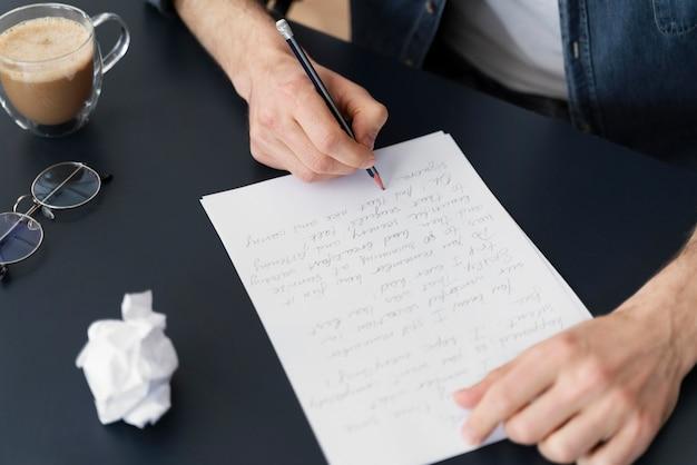 Вид сверху человек, пишущий письмо