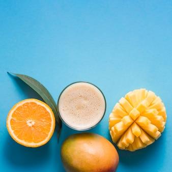 Вид сверху манго и оранжевый коктейль с копией пространства