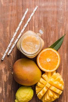 Вид сверху манго и апельсиновый смузи