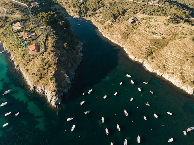 Vista dall'alto su molte barche in viaggio